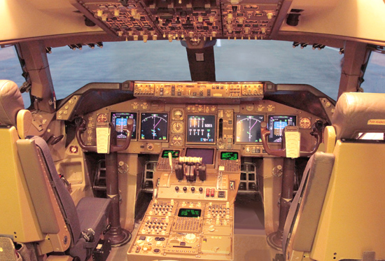 JAL_Boeing_747-446_flight_deck